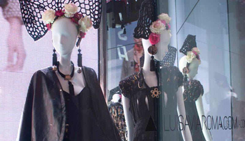 A trendy Window Display dedicated to the fashion creations of Accademia Italiana students